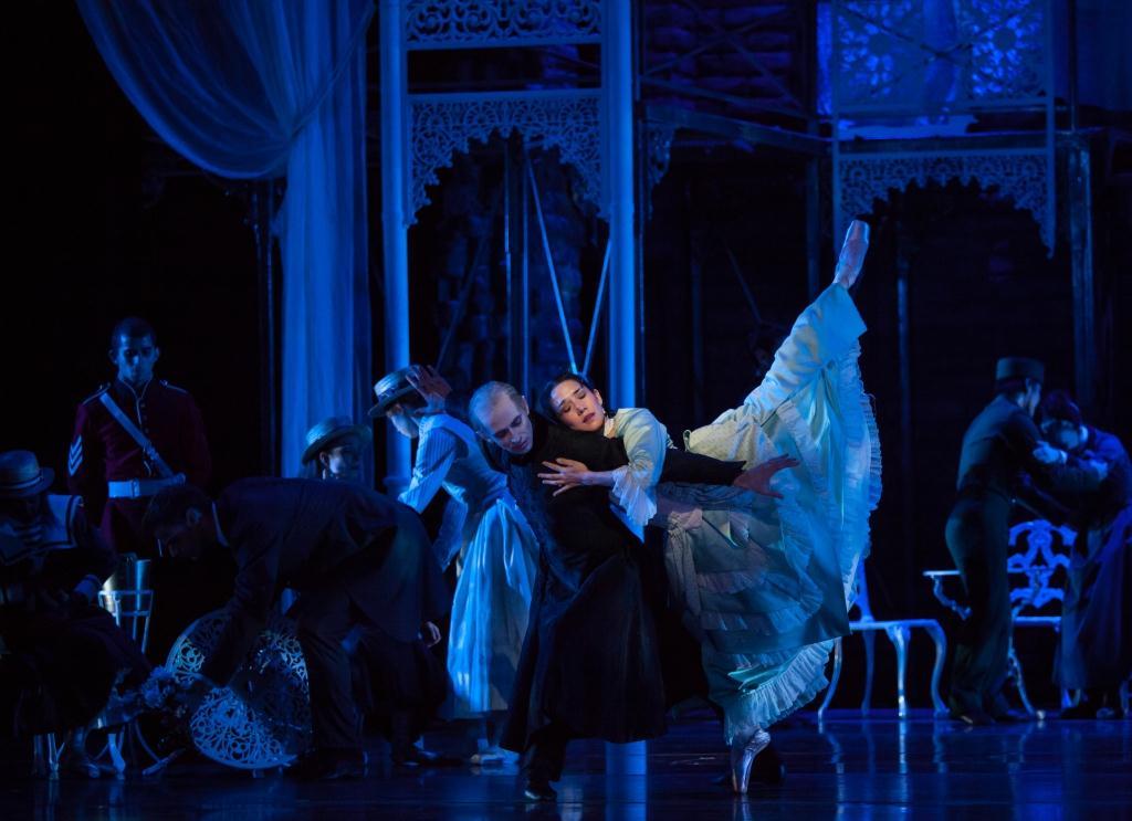 """John Welker and Rachel Van Buskirk, ArtsATL's dancer of the year, in Atlanta Ballet's take on """"Dracula."""" (Photo by Charlie McCullers)"""
