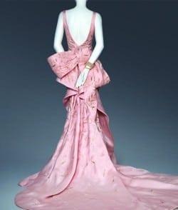 The bows on Taylor Swift's dress are part of de la Renta's design vocabulary.