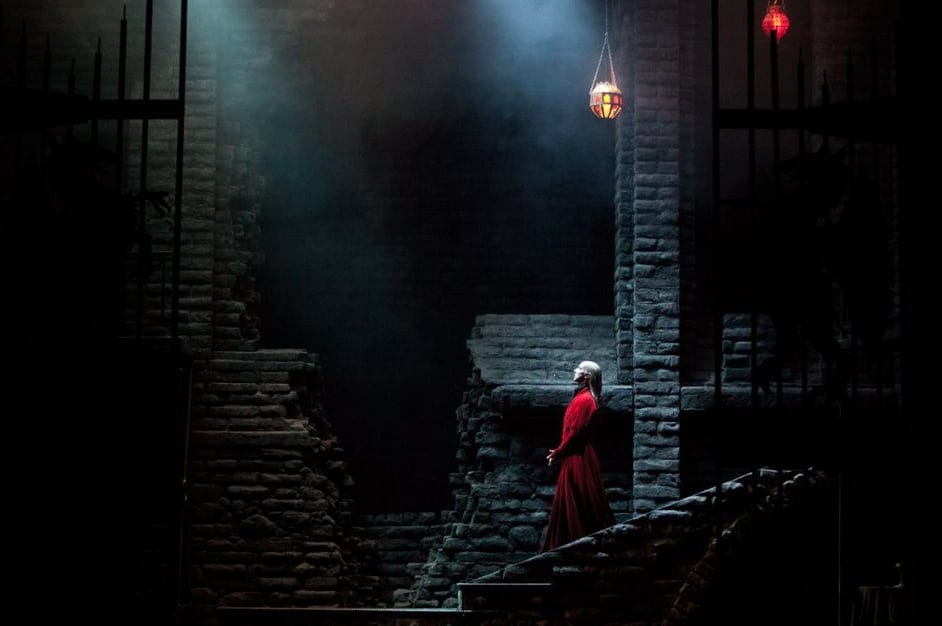 Welker's dramatic stroll down the stairs in Dracula. (Photo by Charlie McCullers)