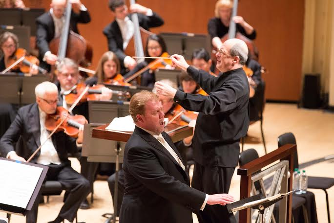 Robert Spano conducts as heldentenor Stuart Skelton sings. (Photos by Jeff Roffman)